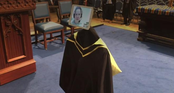 Trường Việt Nam dùng Robot nhận bằng tốt nghiệp thay sinh viên - Ảnh 6.