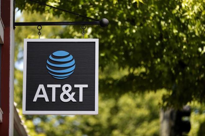 Mở khóa trái phép gần 2 triệu điện thoại AT&T, người đàn ông chịu án tù 12 năm - Ảnh 1.