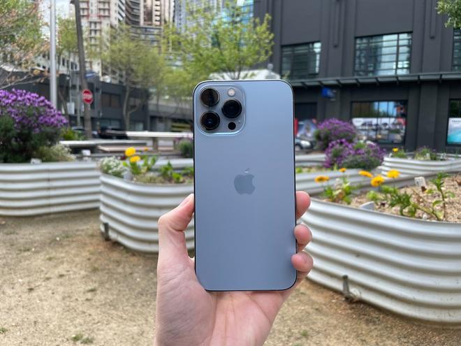 Bóc tem iPhone 13 Pro Max phiên bản màu Sierra Blue trong ngày mở bán - Ảnh 4.