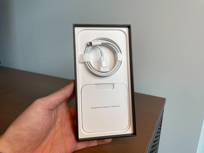Bóc tem iPhone 13 Pro Max phiên bản màu Sierra Blue trong ngày mở bán - Ảnh 2.