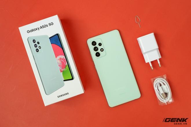 Trên tay Samsung Galaxy A52s 5G: Phiên bản nâng cấp nhẹ với vi xử lý mới - Ảnh 1.