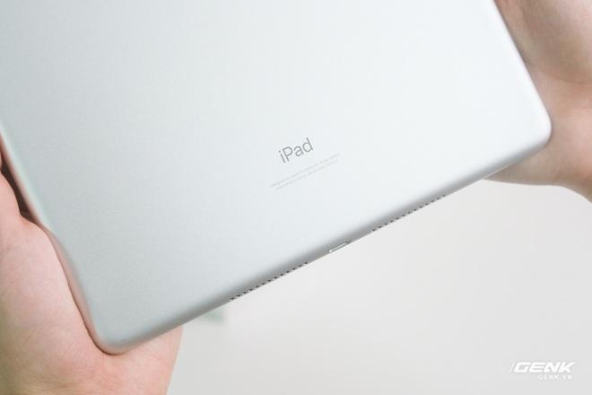 Trên tay iPad 9 tại VN: Thiết kế lỗi thời nhưng vẫn sẽ bán rất chạy! - Ảnh 4.