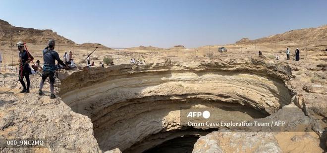 Lần đầu tiên có đoàn thám hiểm chạm tới đáy giếng địa ngục triệu năm tuổi ở Yemen - Ảnh 2.