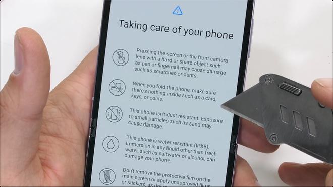 Galaxy Z Flip3 có độ bền ấn tượng, bẻ ngược bằng tay không hề hấn gì - Ảnh 1.