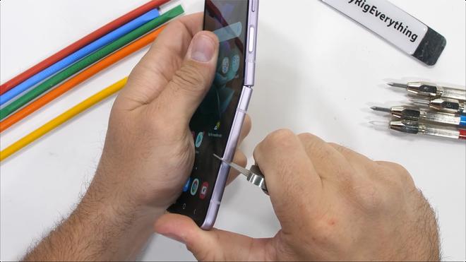 Galaxy Z Flip3 có độ bền ấn tượng, bẻ ngược bằng tay không hề hấn gì - Ảnh 8.