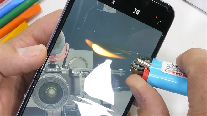 Galaxy Z Flip3 có độ bền ấn tượng, bẻ ngược bằng tay không hề hấn gì - Ảnh 12.