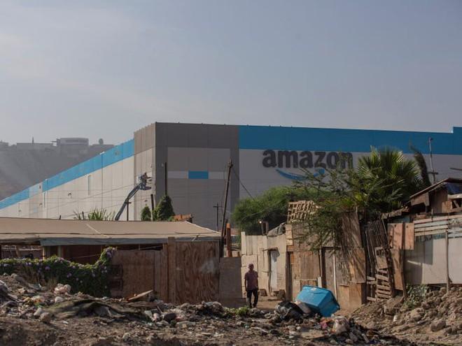 Nhà kho mới của Amazon được xây lên giữa những ngôi nhà mục nát ở Mexico - Ảnh 2.