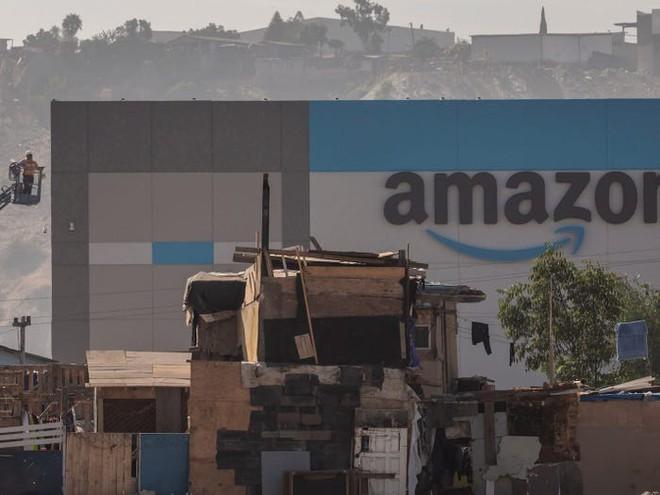 Nhà kho mới của Amazon được xây lên giữa những ngôi nhà mục nát ở Mexico - Ảnh 3.