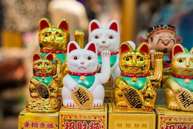 Maneki-Neko là gì? Hãy khám phá nguồn gốc hấp dẫn của chú mèo may mắn đến từ Nhật Bản - Ảnh 2.
