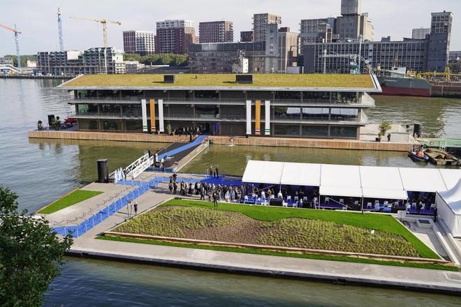 Biến đổi khí hậu khiến mực nước dâng cao, Hà Lan xây dựng luôn văn phòng nổi lớn nhất thế giới để đối phó - Ảnh 1.