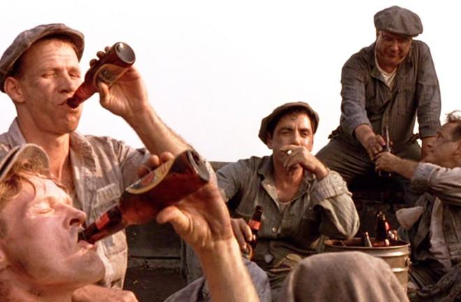 Khoảnh khắc ngắn ngùi mà mỗi tù nhân ở Shawshank đều cảm thấy như được tự do