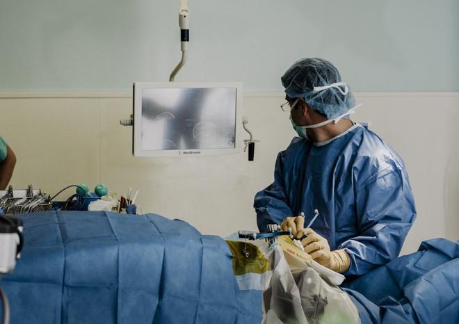 Bác sĩ Leuthardt đang định vị đầu dò thông qua một màn hình