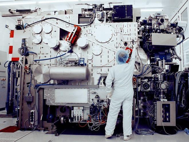 Cỗ máy quang khắc EUV của hãng ASML.