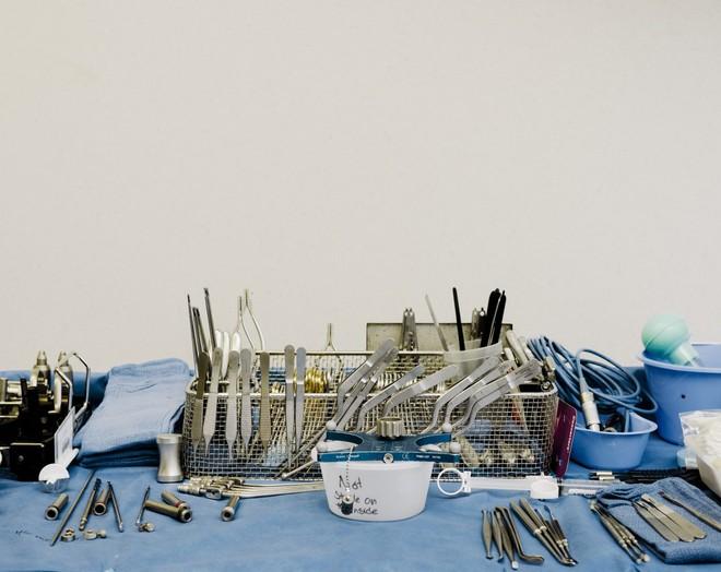 Các dụng cụ trong ca phẫu thuật não
