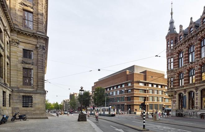 Nằm trong một khu phố cổ kính của Hà Lan, W Hotel mang dáng dấp một điểm nhấn trên trục đường tiếp cận chính ở đây.
