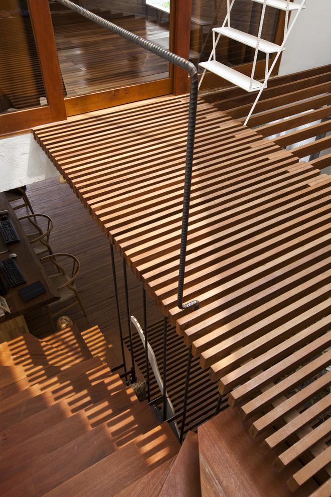 Sàn lam gỗ, lan can thép được sử dụng nhằm giảm bớt sực nặng của bê tông và gạch, giúp không gian không bị bí bách.