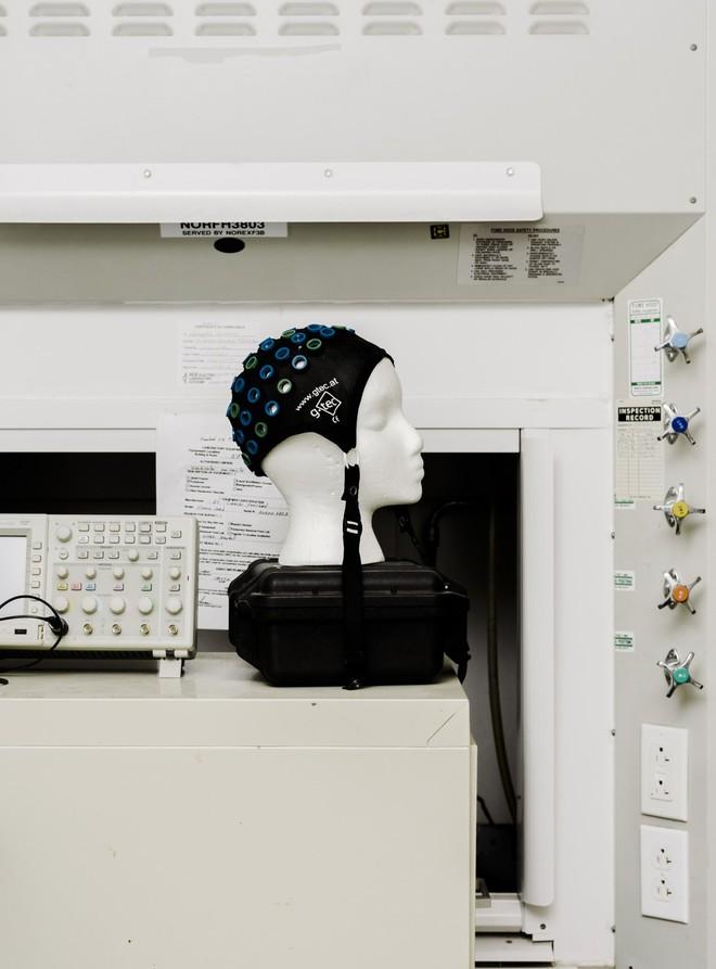 Chiếc mũ này là một thiết bị không xâm lấn, cho phép bệnh nhân liệt điều khiển một cánh tay giả bằng ý nghĩ