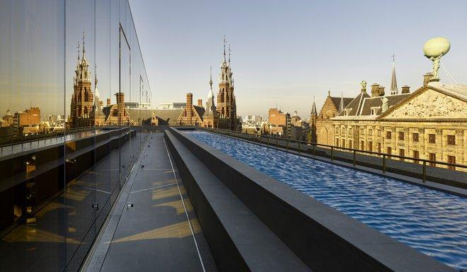 Hồ bơi có cấu trúc dài và hẹp ngang, có thể giúp mọi người thỏa sức thư giãn và ngắm nhìn thành phố cổ kính khi chiều tà.
