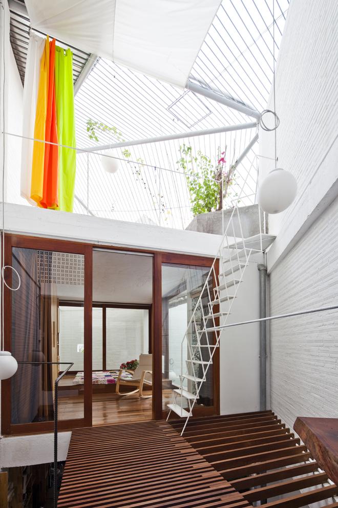 Không gian tầng ba kết hợp với gác lửng, nơi ánh sáng - nắng - mưa thỏa thích òa vào.
