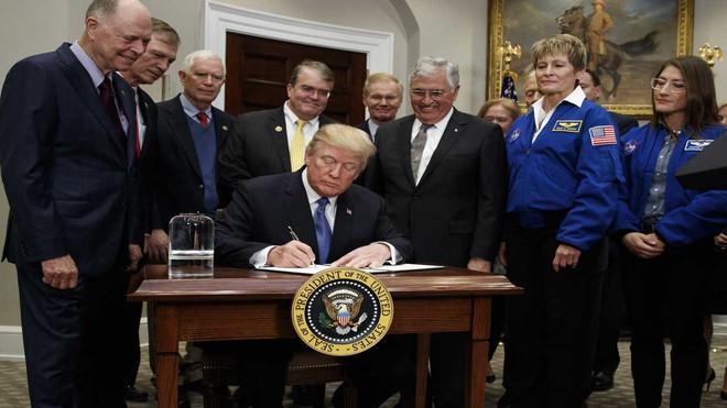Tổng thống Mỹ ký chỉ thị cho NASA đưa người quay trở lại Mặt Trăng, tạo dựng bàn đạp khám phá Sao Hỏa - Ảnh 1.