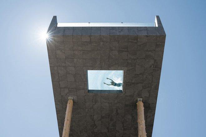 Với cấu trúc kết hợp giữa đá, thép, bê tông và kính cường lực. Hubertus Skypool sẽ khiến bạn có cảm giác lơ lửng giữa dòng nước trên không trung.