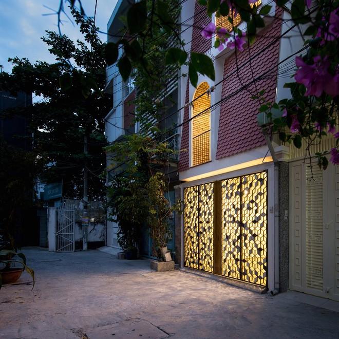 Ngôi nhà hiện lên với lớp vỏ ngoài bằng ngói gây bất ngờ. Nhưng đầu tiên, kiến trúc sư đã làm thế nào để biến một ngôi nhà đã cũ thành một ngôi nhà hoàn toàn mới ?