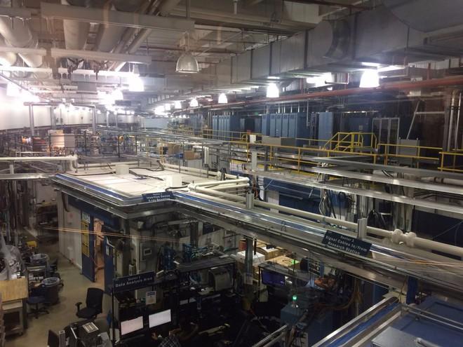 Bên trong khu nhà ASP rộng lớn là rất nhiều ống kim loại có chứa tia bức xạ X.