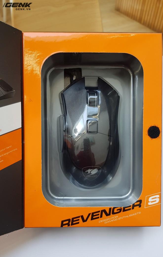 Tuy nhiên hộp của Revenger S có thể lật mở mặt trước ra để người sử dụng có thể trông thấy sản phẩm thực tế bên trong