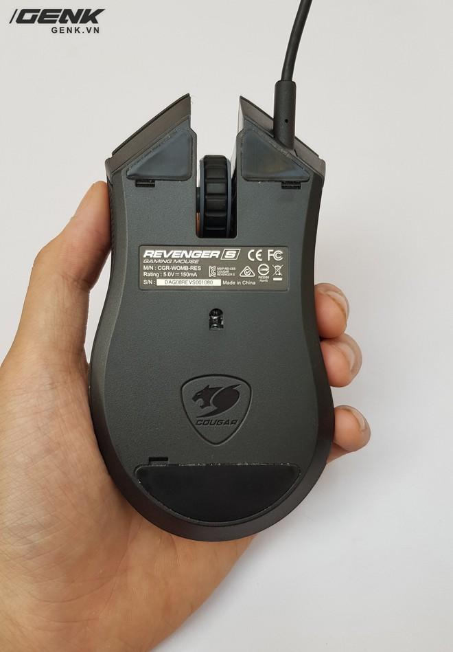 Revenger S sử dụng phần mềm tùy chính Cougar UIX, nên đã bỏ được nút chỉnh DPI và tần số giao tiếp ở mặt sau của chuột.