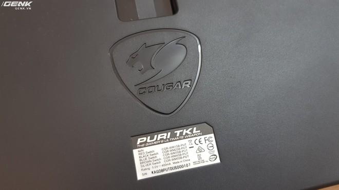 Mặt sau của bàn phím với logo Cougar được in chìm