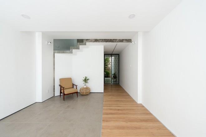 Gara của ngôi nhà được thiết kế với sự ngăn cách vừa phải, tiếp nối gara là một khoảng vườn nhỏ phía sân sau.