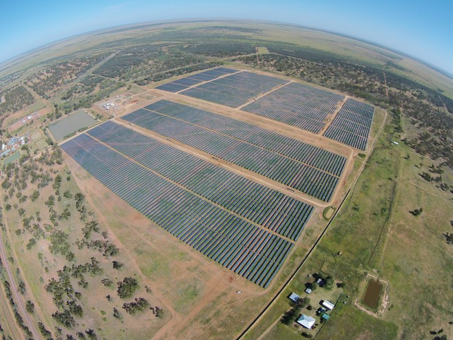 Telstra cũng đã hợp tác với RES Australia trong dự án xây dựng trang trại năng lượng mặt trời.