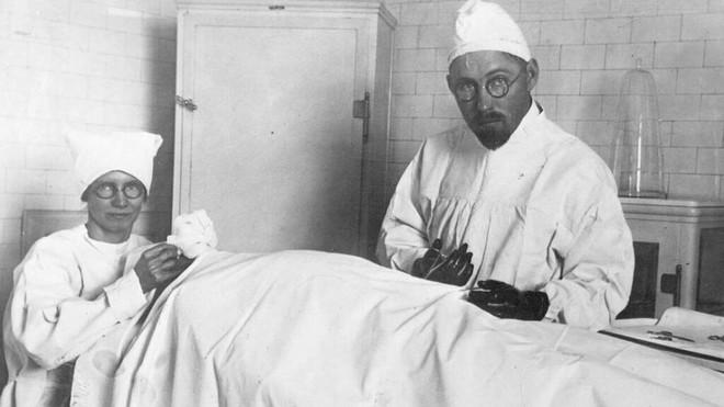 John Brinkley, vị bác sĩ thực hiện những ca phẫu thuật ghép tinh hoàn dê sang người ở Mỹ