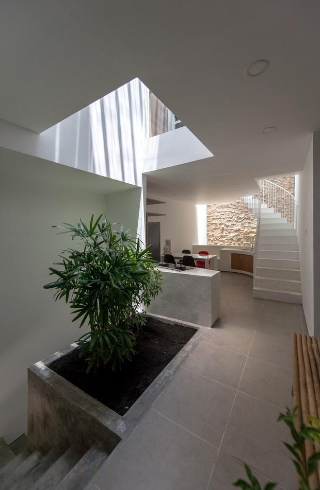 Góc nhìn với khu bếp và ăn. Khoảng thông tầng hình giật cấp đã giúp ánh sáng len lỏi vào các không gian trong ngôi nhà, trong đó có bếp - phòng ăn.