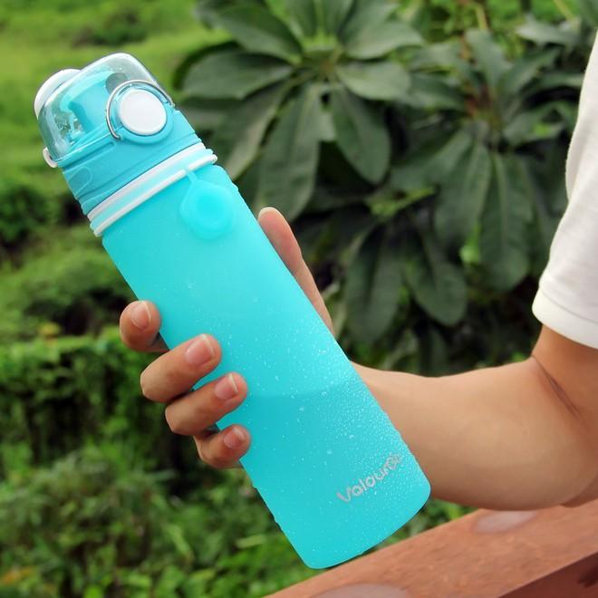 Sản phẩm này được làm từ silicone, có thể gấp gọn lại, chất liệu an toàn với sức khoẻ người dùng, cơ chế nắp đậy chống rỉ thông minh.