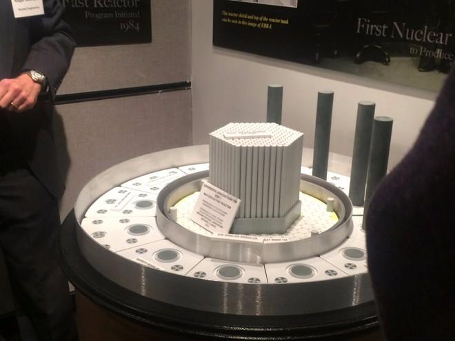 Đây là mô hình hoàn chỉnh của lò phản ứng hạt nhân đầu tiên trên thế giới. Khi ấy, lò này có khả thể sản xuất ra năng lượng để để thắp sáng... bốn chiếc bóng đèn.