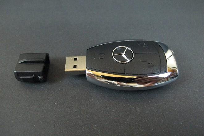 Sở hữu một chiếc xe hơi luôn là ước mơ của mọi gã đàn ông, đặc biệt là những chiếc xe hạng sang như Mercedes Benz. Nhưng đừng lo lắng, vì chúng ta sẽ không mua hẳn một chiếc xe sang để tặng bạn bè nhân dịp Giáng sinh đâu. Thay vào đó việc tặng họ một chiếc USB hình chìa khóa oto là một lựa chọn không tồi. Không chỉ có tác dụng đeo vào chùm chìa khóa, chiếc USB MOJO dung lượng 32 GB giá 18 USD (khoảng 400.000 đồng) sẽ là lựa chọn hàng đầu của cánh mày râu khi đi làm.