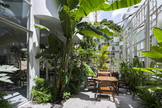 Mảnh vườn nhỏ mang đến một khoảng không gian dành cho các sinh hoạt của gia đình. Trò chuyện, vui đùa hay học cách chăm sóc cây xanh.