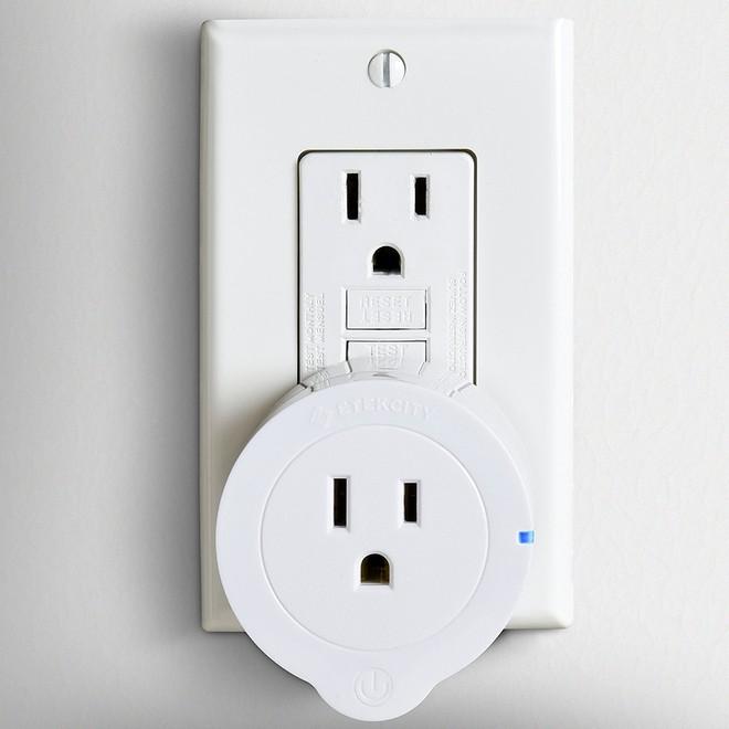 Ô cắm Smart Plugs bắt mắt với màu trắng thanh thoát, 3 chân cắm trên một mặt tròn tựa như khuôn mặt của một nhân vật hoạt hình vui nhộn, tương thích với hầu hết các thiết bị điện tử trên thị trường.
