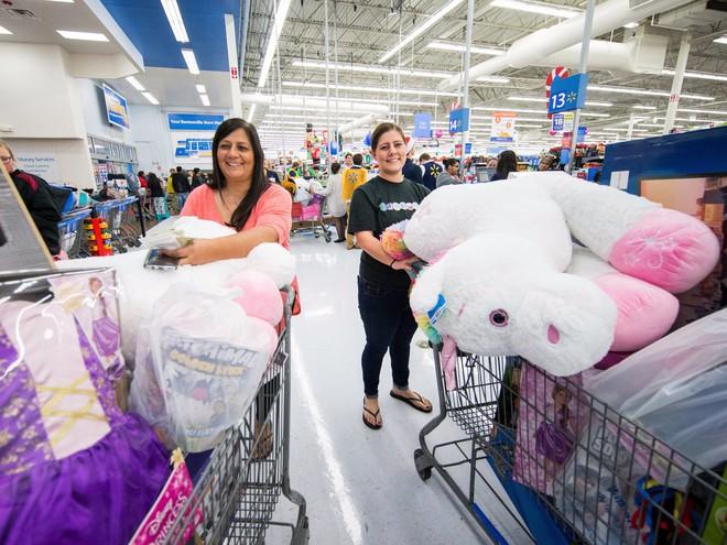 Người mua hàng Walmart trong dịp Black Friday