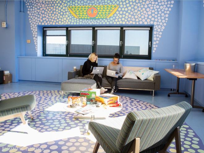 Tại văn phòng Facebook ở Manhattan, nhân viên có thể thư giãn và chơi một trong các trò chơi rải kín văn phòng.