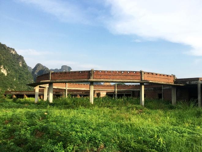 Công trình có mặt bằng hình đa giác 12 cạnh, kết cấu bê tông cốt thép được xây dựng dở dang trong dự án bị bỏ hoang nhiều năm do khủng hoảng kinh tế