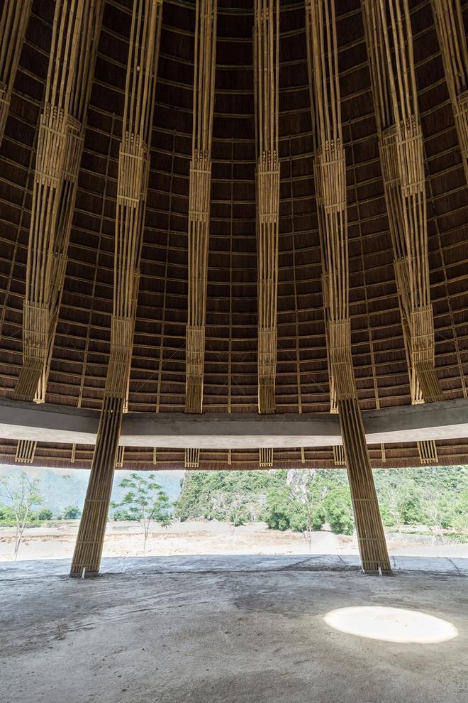 Tận dụng những cột dầm bê tông có sẵn, các kiến trúc sư đã nghiên cứu để đưa ra kết cấu đỡ mái cho công trình gồm 12 khung tre chống xuống nền nhà 24 khung tựa trên dầm bê tông