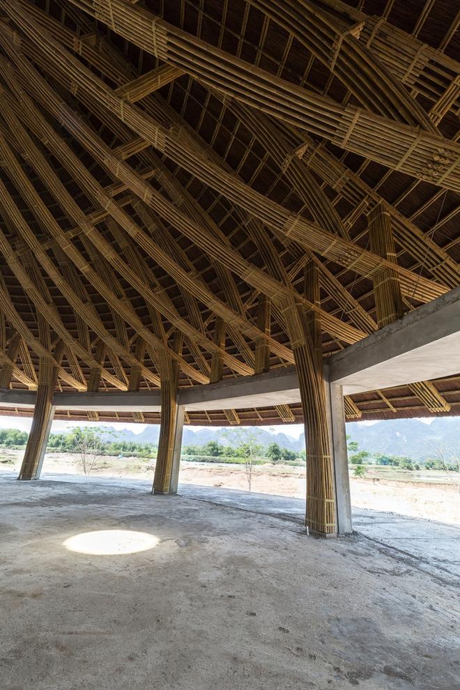 Tre được liên kết với nhau bằng kỹ thuật đơn giản với dây buộc và chốt tre để tạo thành khung kết cấu trên nền nhà trước khi được lắp dựng bằng cần trục