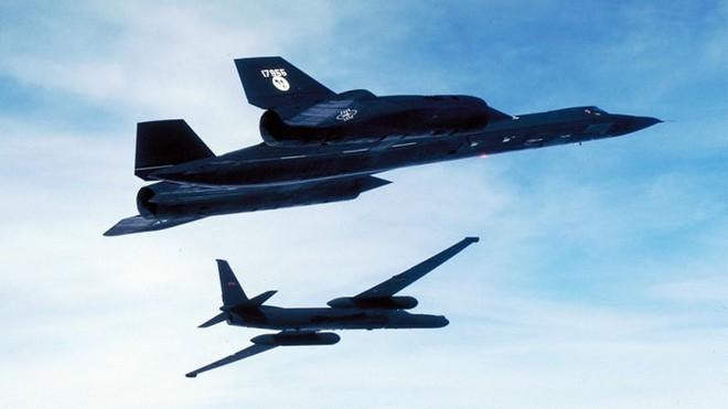 Chiếc SR-71 và người tiền nhiệm của nó, chiếc U-2.