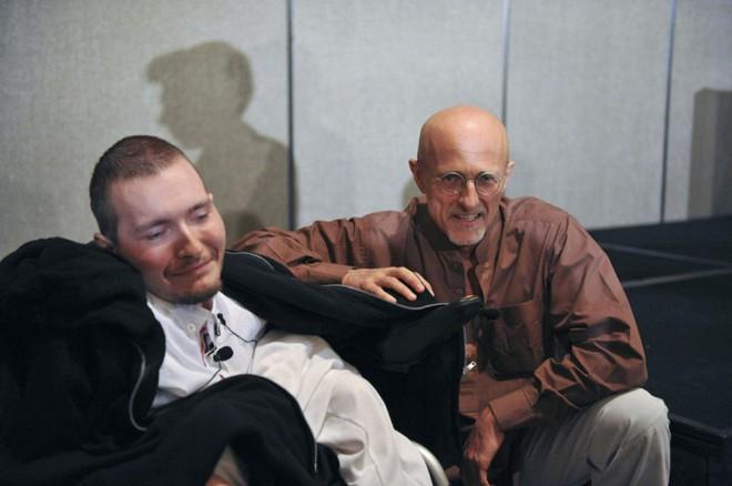 Bác sĩ Canavero (bên phải) cùng Valery Spiridonov (bên trái), bệnh nhân được hi vọng là người đầu tiên trong lịch sử được ghép đầu