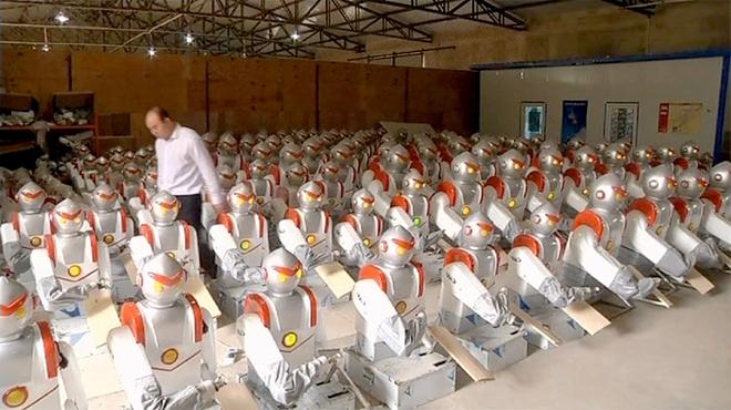 Các robot thái mỳ ở trong nhà kho.