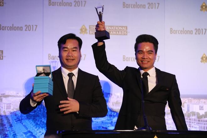 Đại diện ban Tổng giám đốc Halotel nhận giải tại Stevie Awards 2017