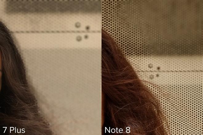 Có những đường viền quanh tóc của người mẫu và các cạnh của khung hình khi chụp bằng iPhone 7 Plus, trong khi đó chiếc Note 8 chọn làm mờ một số vùng trên cánh cửa garage.