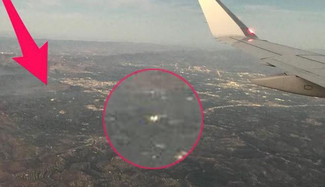 Đang ngồi trong máy bay, hành khách bất ngờ phát hiện một chiếc Drone đang lượn lờ gần cửa sổ - Ảnh 2.